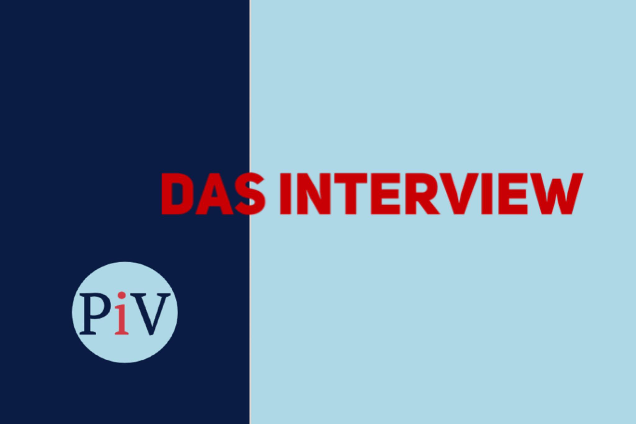 Ein Bild in Blau mit Logo und Text: Das Interview
